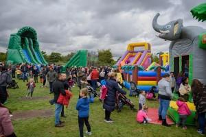 Zábavný Dinosauří rodinný víkend v Scientologickém komunitním Centru v Dublinu v Irsku - děti u nafukovacích hradů