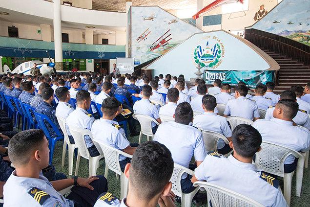 Plukovník Angulo zvyšuje povědomí o problematice drog v Salvádoru tím, že vzdělává vojáky aby nastolil prevenci proti zneužívání drog.