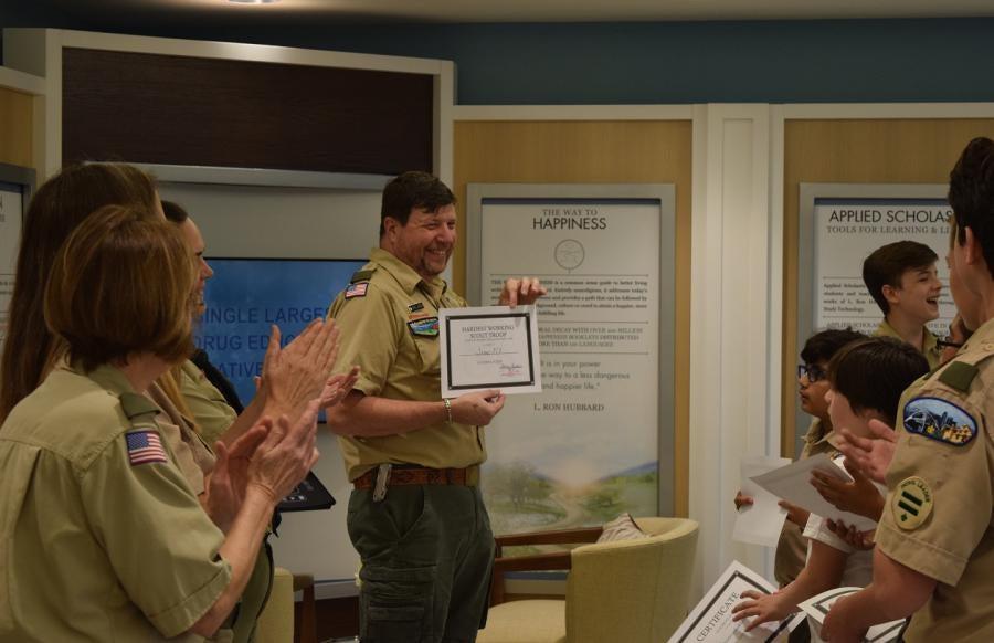 Vedoucí skautského oddíl 313 Chris Lumsdenbyl oceněn skautským mistrem roku v okrese Miccosukee v skautské radě Greater Tampa Bay.