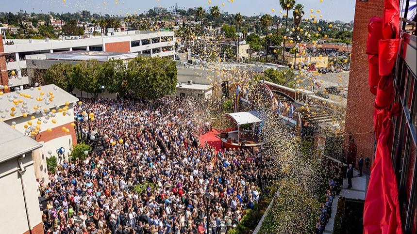 Slavnostní otevření Scientologického mediálního centra proběhlo za přítomností 10.000 osob dne 28 května 2016