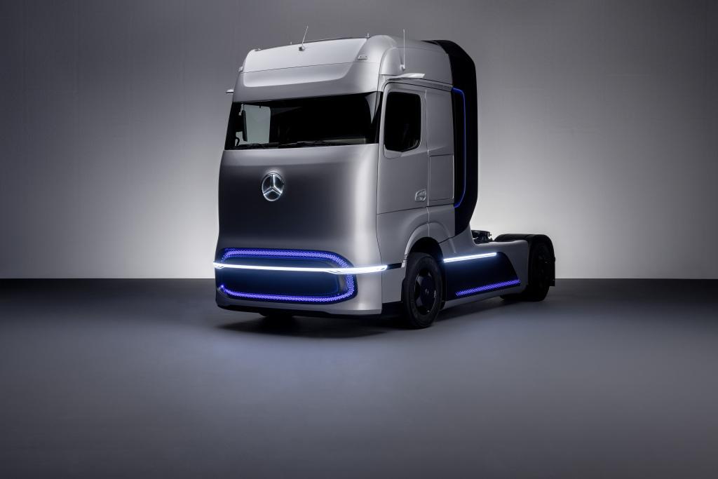 Mercedes-Benz GenH2 Truck Daimler Trucks představuje svůj koncept dálkového vozidla poháněného palivovými články pro flexibilní a náročné operace, pokud jde o trasy, vzdálenosti a užitečné zatížení.