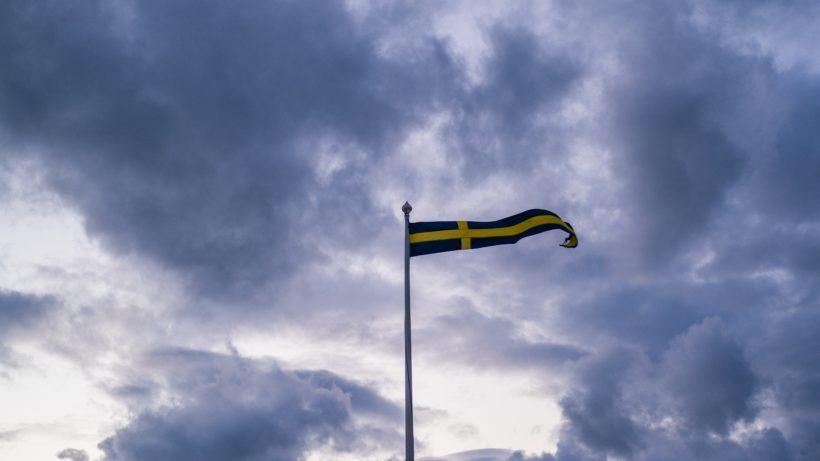 """Švédská národní banka (Riksbank), prodloužena pilotní fáze blokové digitální měny e-krona o jeden rok . I po zhruba čtyřech letech práce stále existuje mnoho nezodpovězených otázek a stále není rozhodnuto, zda bude Švédsko jednou z prvních zemí, které přijmou digitální měnu centrální banky (CBDC).  CBCD se během boomu bitcoinů a snah v Číně o přijetí digitálního jüanu dostaly do centra pozornosti národních bank po celém světě. Existuje více než 50 zemí po celém světě, které se tématem zabývají více či méně intenzivně, především mocenské bloky Čína a EU, které uvažují o zavedení e-eura. Začátek CBCD však nikde nehrozí, je třeba otestovat mnohem více - koneckonců nejde o nic menšího než o znovuobjevení peněz.  Švédská národní banka nyní chce zjistit další věci v dalším roce testování. """"Fáze 2 se zaměří na zahrnutí potenciálních distributorů E-Krona jako účastníků do sítě, aby se otestovalo, jak by mohla fungovat integrace s jejich interními systémy se sítí E-Krona. Schopnost řešení ukládat tokeny a jejich klíče různými způsoby a kapacita pro offline platby se také dále zkoumají. """"Obecně je cílem otestovat výkonnost řešení pro hromadné platby - koneckonců blockchain systém by pravděpodobně musel stát stovky tisíc nebo dokonce zpracovat miliony transakcí za sekundu.  S Accenture a Corda Při testech se Švédsko spoléhá na konzultanta pro správu Accenture, který se do značné míry spoléhá na outsourcing IT a spolupracuje s vládami v mnoha zemích. Blockchainová platforma Corda konsorcia R3 se používá při testech E-Krona - technologie distribuované účetní knihy (DLT), která byla vytvořena pro vysoce regulované oblasti, jako je bankovnictví, a je také používána mnoha společnostmi a v Číně.  """"Používání hotovosti ve Švédsku klesá."""" To je částečně způsobeno technologickým pokrokem, který nám přinesl několik digitálních platebních služeb. Riksbank vidí možné problémy vyplývající z poklesu hotovosti, a proto provádí projekt, který prozkoumá možnost vytvoření digitálního doplňku hot"""