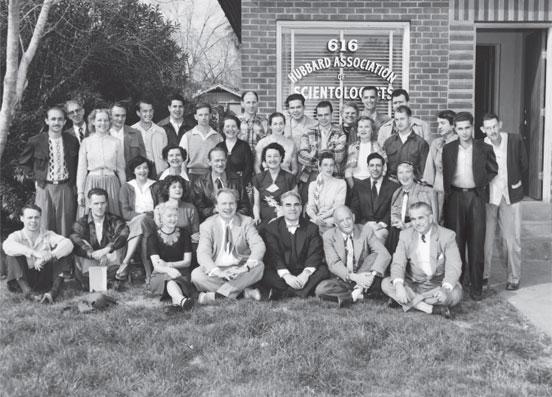 Hubbardova mezinárodní asociace scientologů (nahoře) se velmi rychle rozrostla ze zakládající členské základny v USA a Anglii na obrovský počet členů na každém kontinentu.